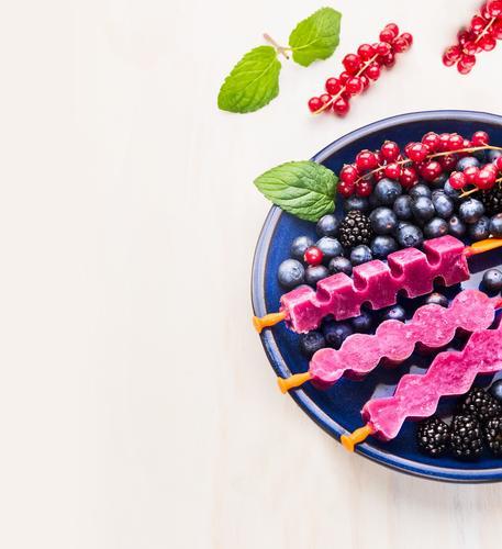 Obst Eiscreme am Stiel in blauem Teller schön Sommer Gesunde Ernährung Leben Stil Hintergrundbild Garten Foodfotografie Frucht Design Tisch Speiseeis weich