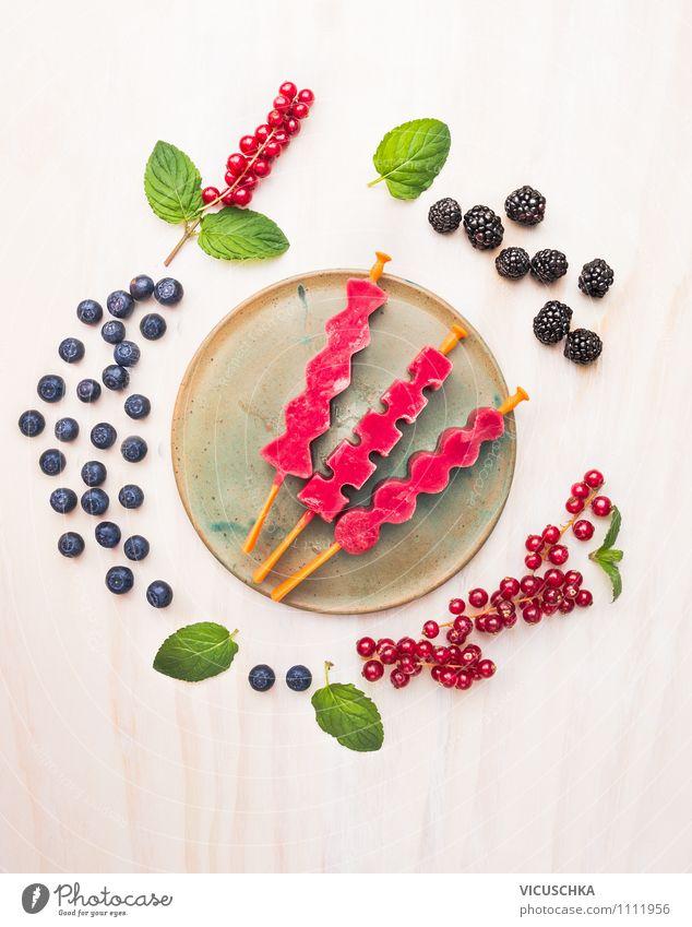 Beeren Wassereis mit Sommerbeeren Lebensmittel Frucht Dessert Süßwaren Ernährung Bioprodukte Vegetarische Ernährung Diät Italienische Küche Saft Teller Stil