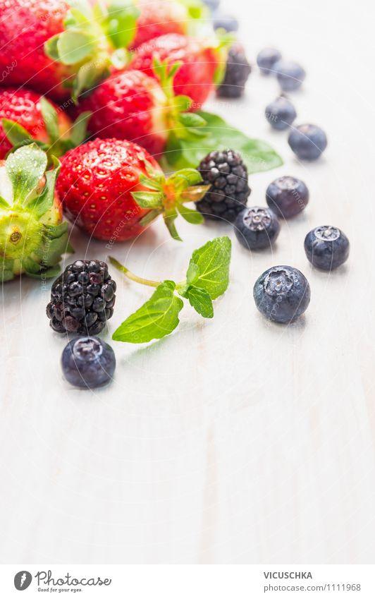 Sommerbeeren auf weißem Tisch Lebensmittel Frucht Dessert Ernährung Frühstück Bioprodukte Vegetarische Ernährung Diät Saft Stil Design Gesunde Ernährung Garten