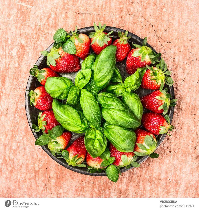 Erdbeeren und Basilikum in grauer Teller Lebensmittel Frucht Dessert Ernährung Frühstück Bioprodukte Vegetarische Ernährung Diät Schalen & Schüsseln Stil Design