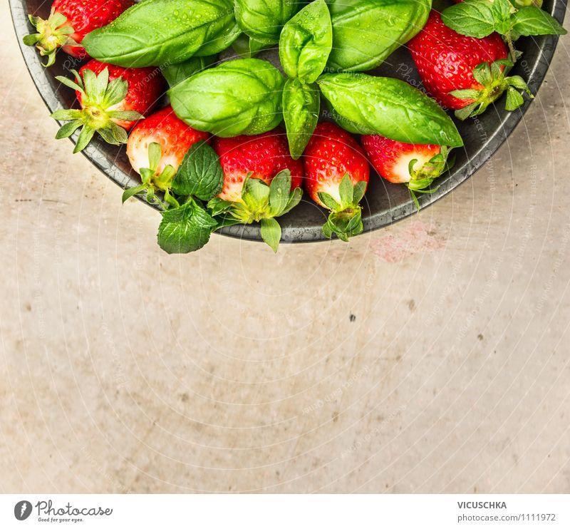 Erdbeeren und Basilikum in Teller Lebensmittel Frucht Dessert Kräuter & Gewürze Ernährung Frühstück Bioprodukte Vegetarische Ernährung Diät Stil Design