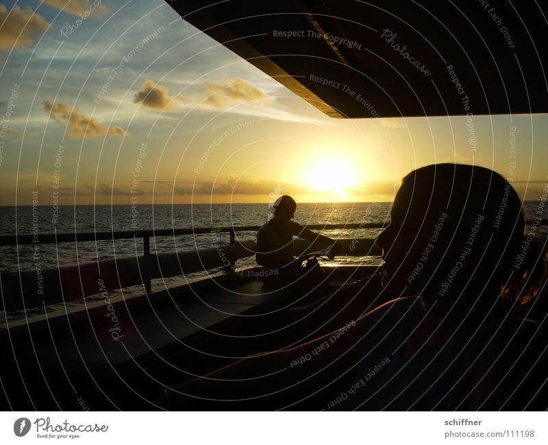 Sunset on board Wasserfahrzeug Meer Reling Abendsonne Sonnenuntergang Wolken See Indischer Ozean Seychellen Horizont Frau Erholung genießen lesen