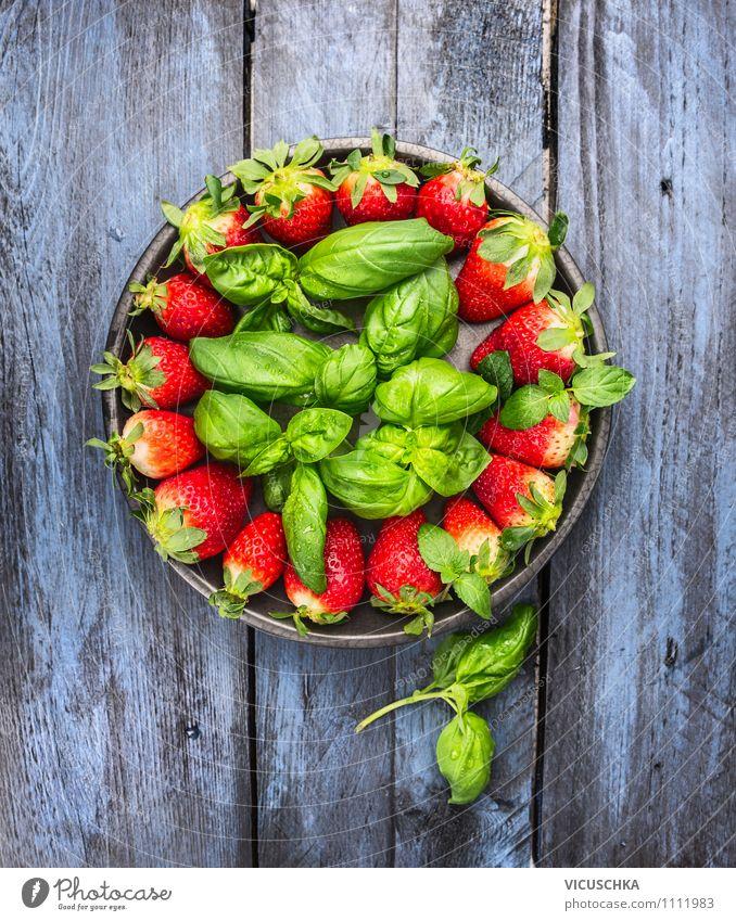 Erdbeeren und Basilikum auf blauem Holztisch Natur grün Sommer Gesunde Ernährung rot Leben Stil Garten Lebensmittel Design Frucht Tisch weich Kräuter & Gewürze
