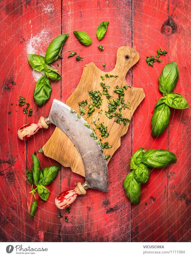 Basilikum auf Schneidebrett mit altem Kräutermesser Lebensmittel Kräuter & Gewürze Ernährung Bioprodukte Vegetarische Ernährung Diät Messer Stil Design
