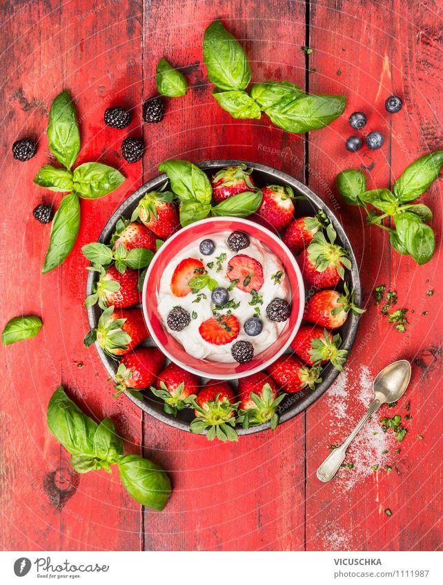 Erdbeeren mit Basilikum , Beeren,Quark und Zucker. grün Sommer rot Gesunde Ernährung Stil Speise Garten Lebensmittel Frucht Design frisch Tisch