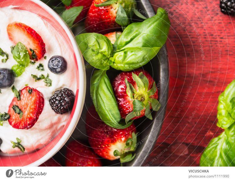Joghurt mit frische Sommer Beeren Lebensmittel Frucht Dessert Ernährung Frühstück Bioprodukte Vegetarische Ernährung Diät Milch Teller Schalen & Schüsseln
