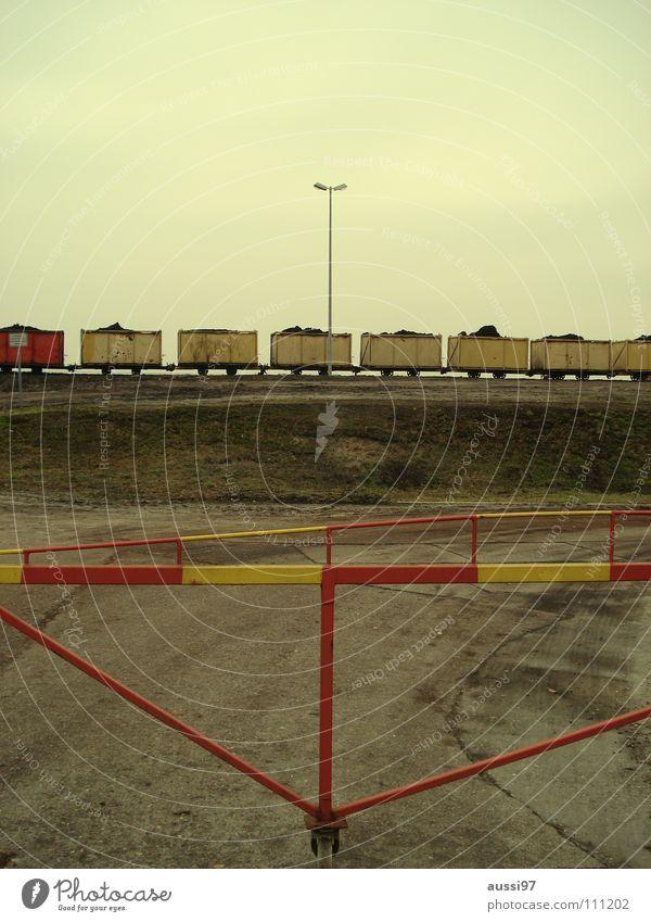 Gelbe Gefahr Schmalspurbahn Gleise Eisenbahn Schienenverkehr Güterverkehr & Logistik Schaffner Bahnsteig Mitte graphisch rot Außenseiter Schranke rotgelb Streik