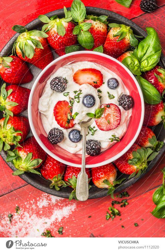 Schüssel mit Quark und Sommerbeeren Sommer Gesunde Ernährung Leben Stil Garten Lebensmittel Frucht Design Ernährung Tisch Küche Bioprodukte Frühstück Schalen & Schüsseln Dessert Diät