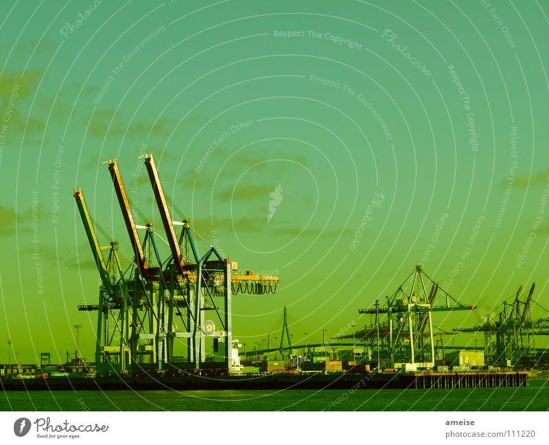 Unser kleiner Hafen [pt. 10] Hafenkran Portwein Wasserfahrzeug Wolken Himmel Deutschland Sonnenuntergang Werft Blohm + Voss grün Industriefotografie Maschine