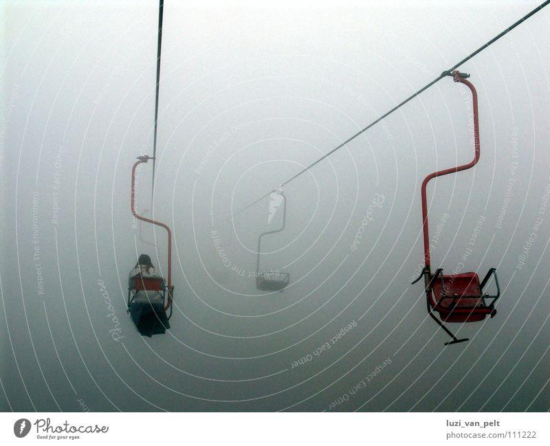 Bergfahrt grau Nebel Maria Himmelfahrt dunkel trüb Wolken schlechtes Wetter eng Außenaufnahme Frau rot weiß Sesselbahn Seilbahn Winter Herbst Berge u. Gebirge