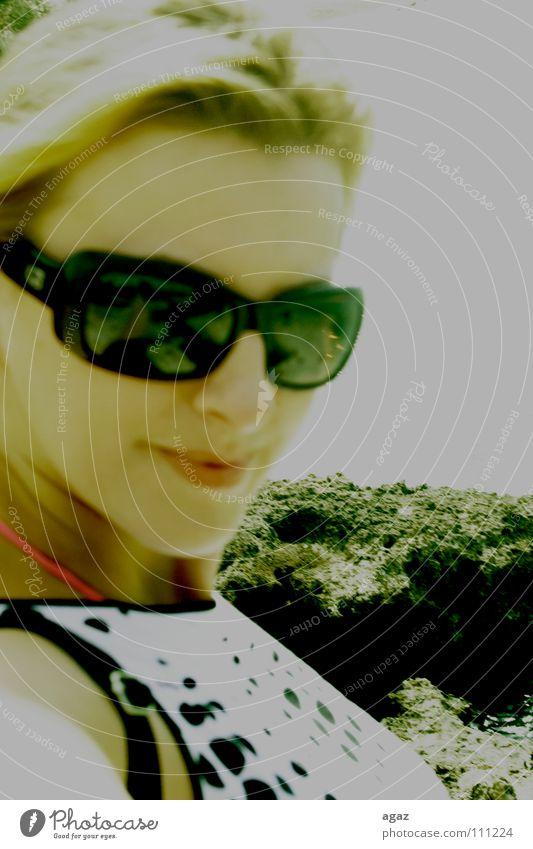 Sommer Schwärmerei feminin Frau Kleid Bekleidung Meer Mensch Porträt weiß schwarz Sonnenbad Sonnenbrille Strand vorhanden Brille blond Blick Farbe am