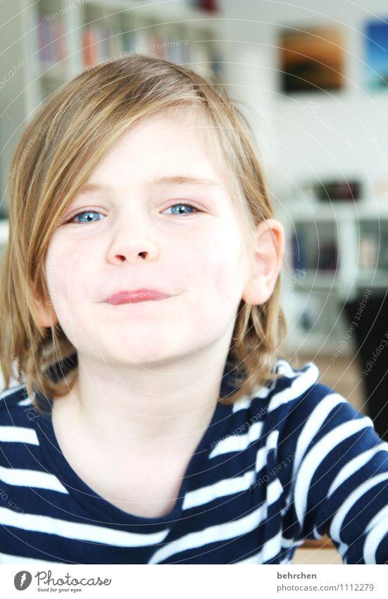und, was machen wir jetzt? Junge Familie & Verwandtschaft Kindheit Gesicht Auge Nase Mund Lippen 3-8 Jahre blond langhaarig Lächeln lachen Spielen Coolness