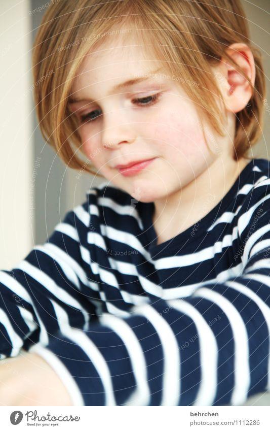 konzentriert Junge Familie & Verwandtschaft Kindheit Haare & Frisuren Gesicht Auge Ohr Nase Mund 3-8 Jahre blond langhaarig Lächeln lachen Spielen frech