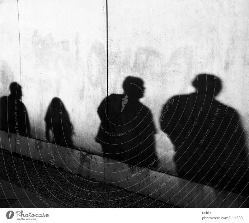 Schattenwelt Frau Mensch Mann Mädchen Stadt Straße Wand grau Mauer laufen Beton gefährlich Bürgersteig Schattenspiel Feierabend