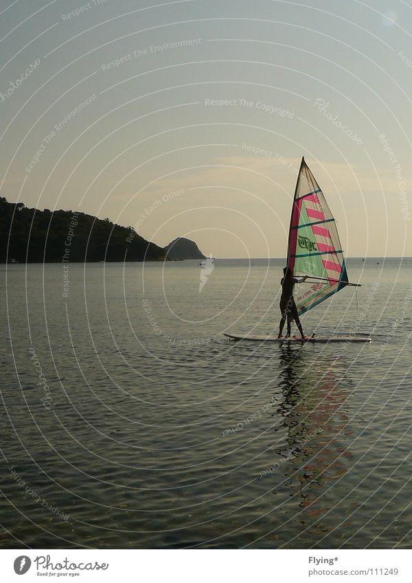 die Surferin Windsurfing Platz Meer Ferien & Urlaub & Reisen Frau stehen ruhig Wassersport Gesundheit Freizeit & Hobby Himmel blau Segel windwurfer Felsen Bucht