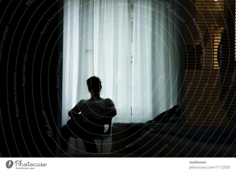 warten Mensch Frau Erholung Einsamkeit ruhig Fenster Erwachsene Traurigkeit Zufriedenheit Raum nachdenklich sitzen beobachten Pause Schutz
