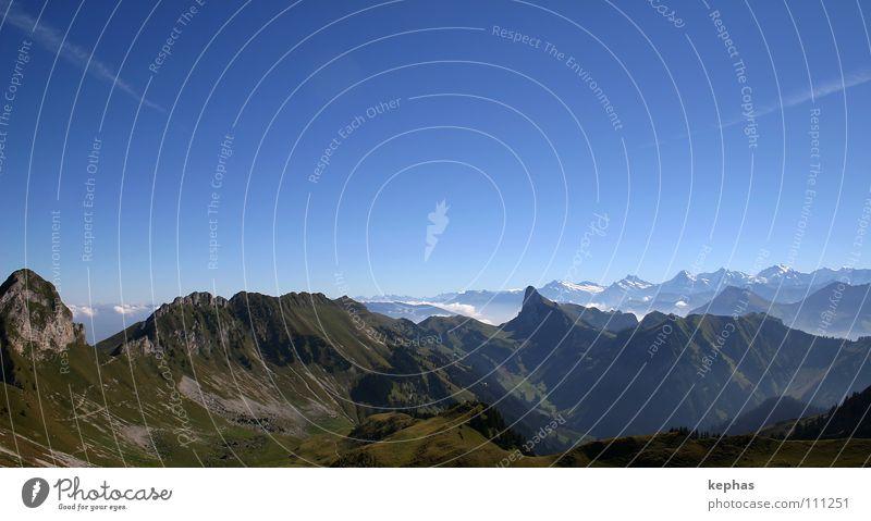in die Ferne schweifen grün blau Berge u. Gebirge wandern Felsen Aussicht Schweiz Alpen Sehnsucht Gipfel Panorama (Bildformat) Tal Berner Oberland