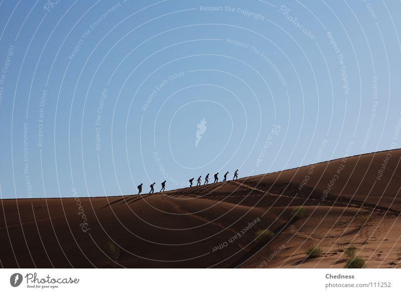 Gratwanderung blau rot Sand wandern Erde Afrika Wüste Stranddüne Namibia 9 Bergkamm