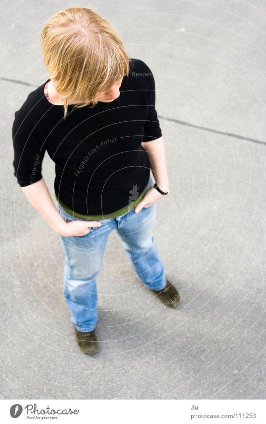 _ Standhaft stehen Frau Vogelperspektive Körperhaltung Stabilität zielstrebig Wien antizipierend Beton standhaft Konzentration Perspektive Blick Standfest