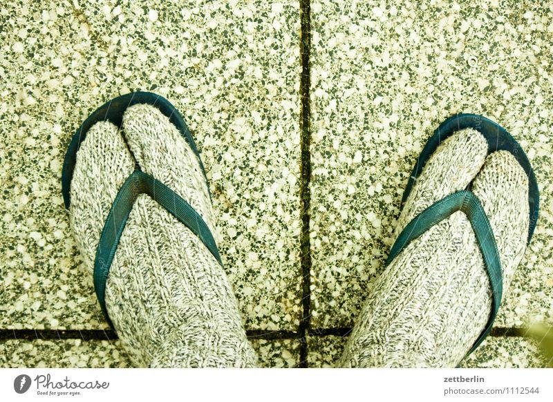GNTM slight return Fuß Schuhe Flipflops Strümpfe gestrickt Wärme anziehen Boden Bodenplatten Bodenbelag Terrasse Fuge Zehen großer zeh Mode alternativ Freak