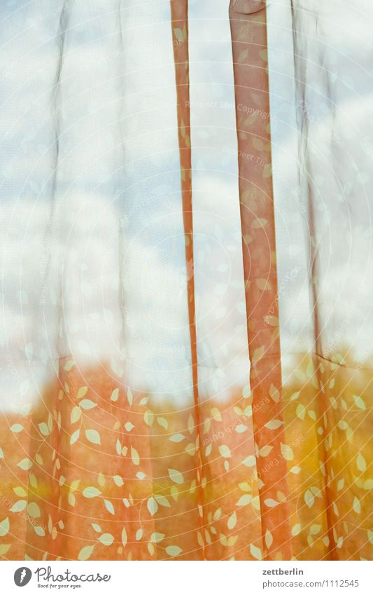Gardine Fenster Vorhang Markise Wetterschutz Falte wehen Wind Aussicht Blick Schwache Tiefenschärfe Unschärfe Fensterblick durchsichtig durchscheinend leicht
