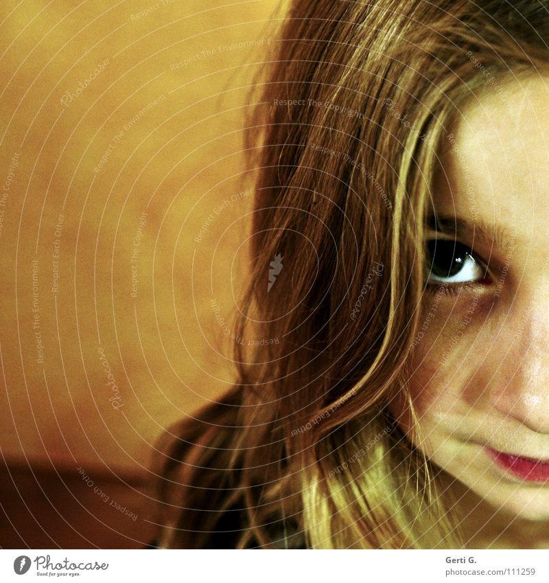 Sonntagskind unschuldig böse gehorsam lieblich Hälfte Kind Mädchen Jugendliche Porträt blond Haarsträhne Wand Aussehen bestrafen Angst Panik schuldbewußt