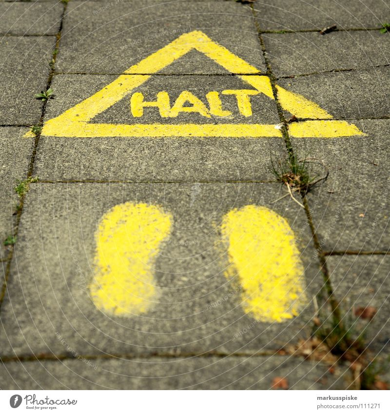 halt Bürgersteig Mobilität Empfehlung gefährlich stoppen Halt Fußspur gelb Warnhinweis Warnschild Straße Schilder & Markierungen bedrohlich Stadt
