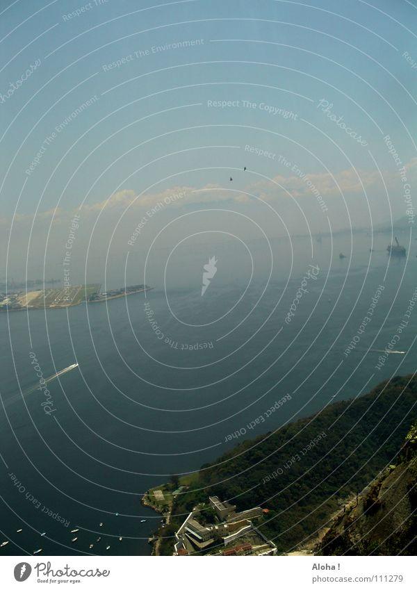 Am Zuckerhut vorbei, hinaus in den weiten Ozean… Wasser Meer Ferne Küste Wasserfahrzeug Hügel Hafen Bucht Aussicht Wahrzeichen Brasilien Atlantik Südamerika Rio de Janeiro Hafenstadt Corcovado-Botafogo