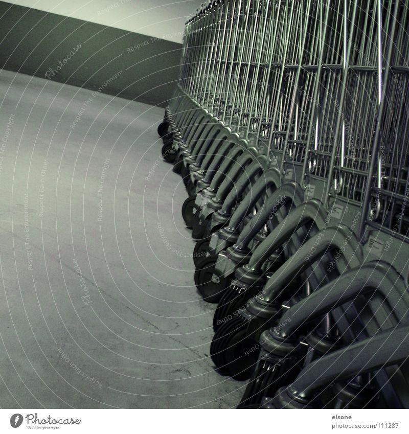 ::LINE-UP:: Erholung Tod Metall warten glänzend leer Industrie trist stehen Güterverkehr & Logistik Quadrat Rad machen Langeweile Baugerüst Einkaufswagen