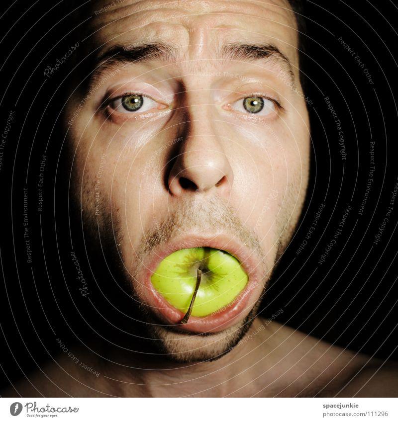 An apple a day keeps the doctor away Mann grün Freude Ernährung Essen Lebensmittel Frucht verrückt süß Apfel lecker skurril Freak Futter