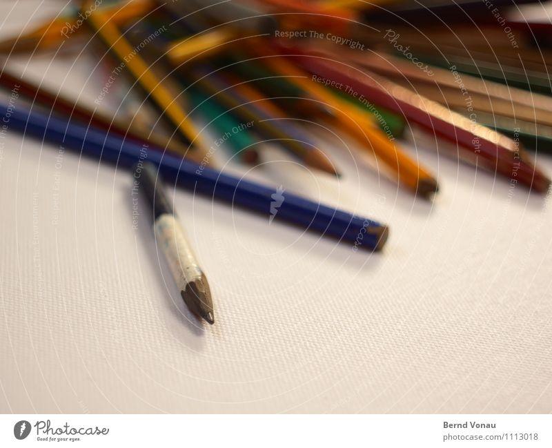 aussteiger Arbeit & Erwerbstätigkeit Büro Schreibwaren Schreibstift Holz alt liegen zeichnen Spitze blau gelb grün rot schwarz weiß chaotisch Farbe Kreativität