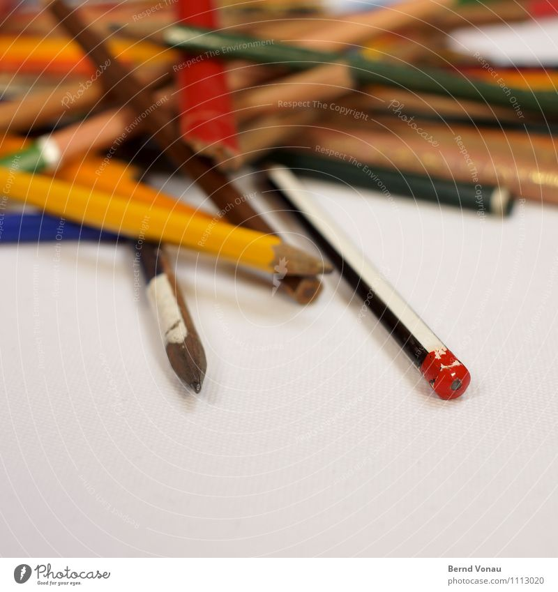 chaoten alt blau grün Farbe weiß rot schwarz gelb Holz liegen Arbeit & Erwerbstätigkeit Büro Spitze Kreativität zeichnen chaotisch