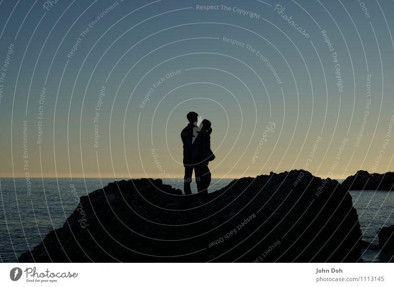 """Das ist """"Liebe"""" Ferien & Urlaub & Reisen schön Strand Gefühle Küste Glück Paar Felsen Horizont Fröhlichkeit Lächeln Lebensfreude beobachten berühren Romantik"""