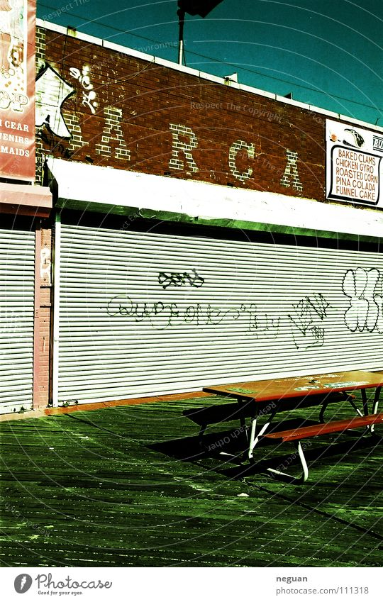 coney island 5 Amerika New York City Fassade geschlossen Ladengeschäft Tisch rot braun Backstein Holz leer ausgestorben Sommer Physik heiß street Bank grafitti