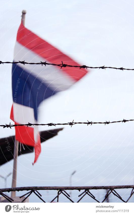 thailand Himmel Ferien & Urlaub & Reisen Wind gefährlich Fahne bedrohlich Asien Zaun Politik & Staat Thailand Stacheldraht Diktatur