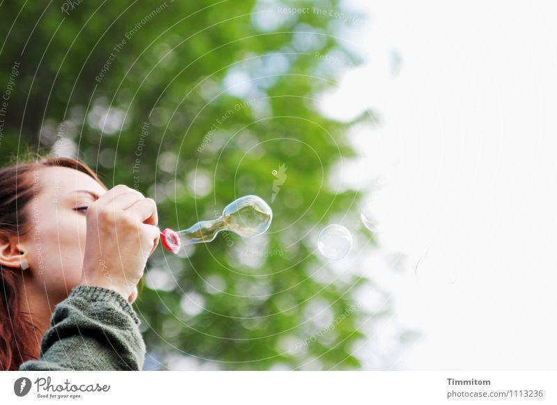 Kraft | Die Schwere wegpusten. Mensch Natur Pflanze grün weiß rot Freude Umwelt Gefühle natürlich feminin braun hell Hoffnung Leichtigkeit blasen
