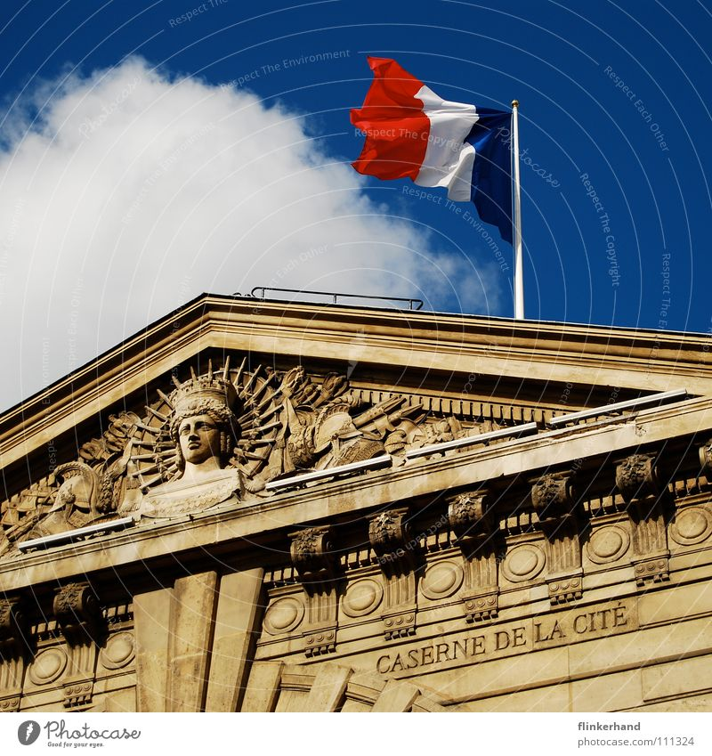 liberté égalité fraternité Haus Himmel Wolken Gebäude Dach Fahne historisch blau Paris Frankreich Tricolore Sechseck antik Dachgiebel Monarchie Unterdrückung