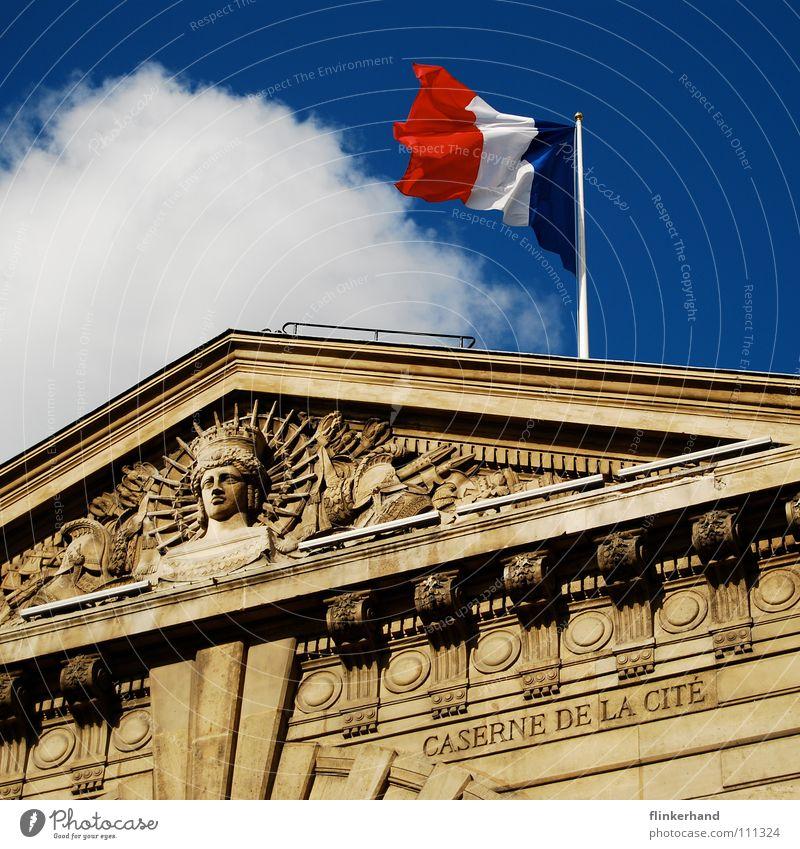 liberté égalité fraternité Himmel blau Wolken Haus Gebäude Dach Fahne Bauwerk Paris historisch Frankreich antik wehen Relief Dachgiebel Unterdrückung