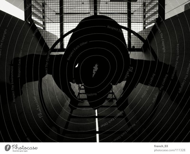 komm mal wieder runter III dunkel rund Kreis schwarz weiß Silhouette Tunnel Gitter Licht Abstieg aufsteigen Hand Höhenflug beruhigend Erholung Studentenwohnheim