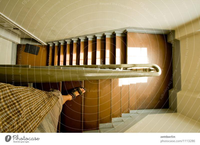 Treppe Mensch Mann Sommer Wand Beine Fuß Wohnung Häusliches Leben Tür Textfreiraum Geländer Wohnhaus Treppenhaus Treppengeländer abwärts