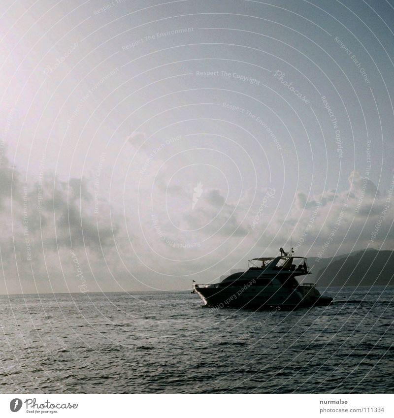 volle Kraft voraus Motor Motorboot Sportboot auslaufen Anker Kapitän Meer reich Umweltverschmutzung sinnlos maritim Benzin Diesel Sommer