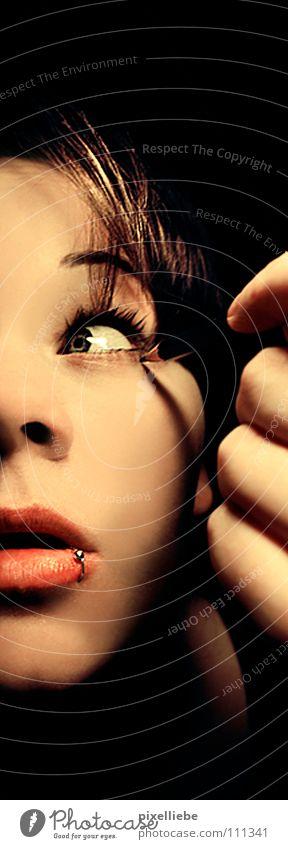 Verfolgungswahn dunkel schwarz Piercing Bleistift Panik fremd Frau Angst gestört Schatten