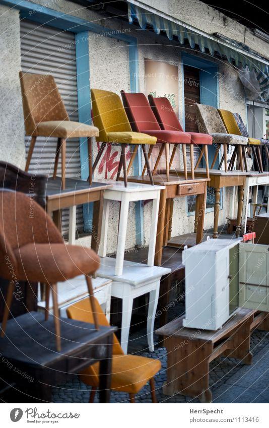 (r)ausverkauf Lifestyle kaufen Reichtum Stil Innenarchitektur Möbel Sessel Stuhl Tisch Wirtschaft Handel Berlin Neukölln Fassade verkaufen alt Second-Hand Laden