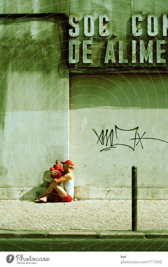 Liebe Dinge maskulin Junger Mann Jugendliche 1 Mensch 18-30 Jahre Erwachsene Mauer Wand Badehose Muskelshirt Shorts Sonnenbrille Baseballmütze Schriftzeichen