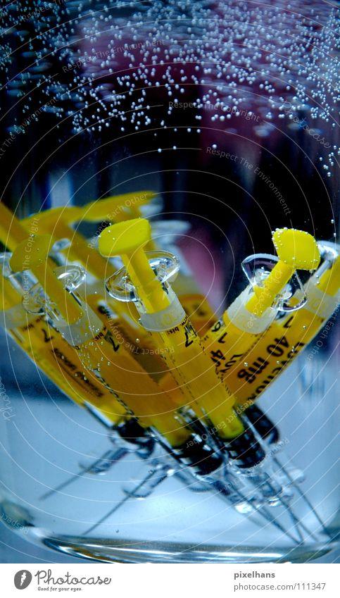 40 mg für dein Leben Luft Wasser Glas gelb schwarz Spritze steril Luftblase spritzig Kanüle Spritzampullen Farbfoto Injektionsnadel Impfung Ampulle Serum