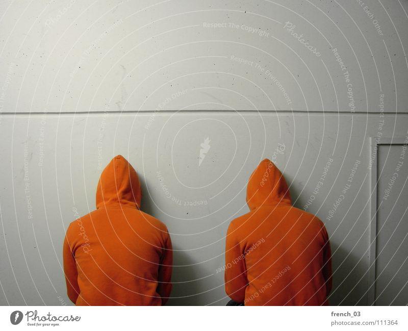 Wand vorm Kopf Mensch Mann weiß Farbe Wand Mauer See Denken Linie orange maskulin frei Perspektive Bekleidung Ecke Jacke