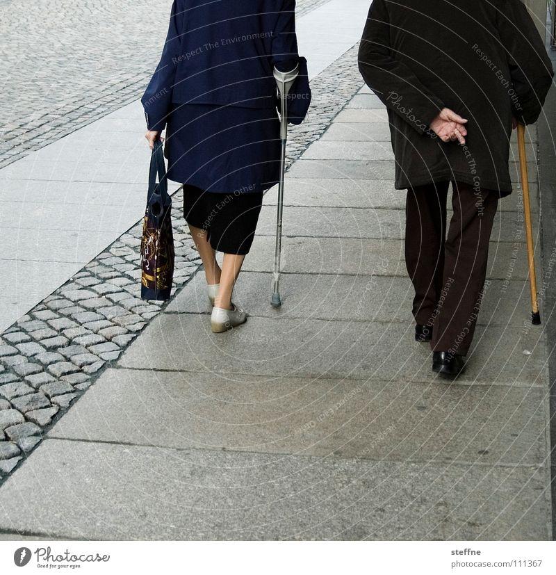 50+ Mensch alt blau weiß Stadt schwarz Senior Gesundheit Zusammensein Kraft laufen Armut kaufen paarweise Spaziergang Vertrauen