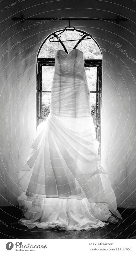 Der Tag. Lifestyle elegant Feste & Feiern Hochzeit Mode Bekleidung Kleid schön weiß Gefühle Liebe Treue Ewigkeit Brautkleid Schwarzweißfoto Innenaufnahme
