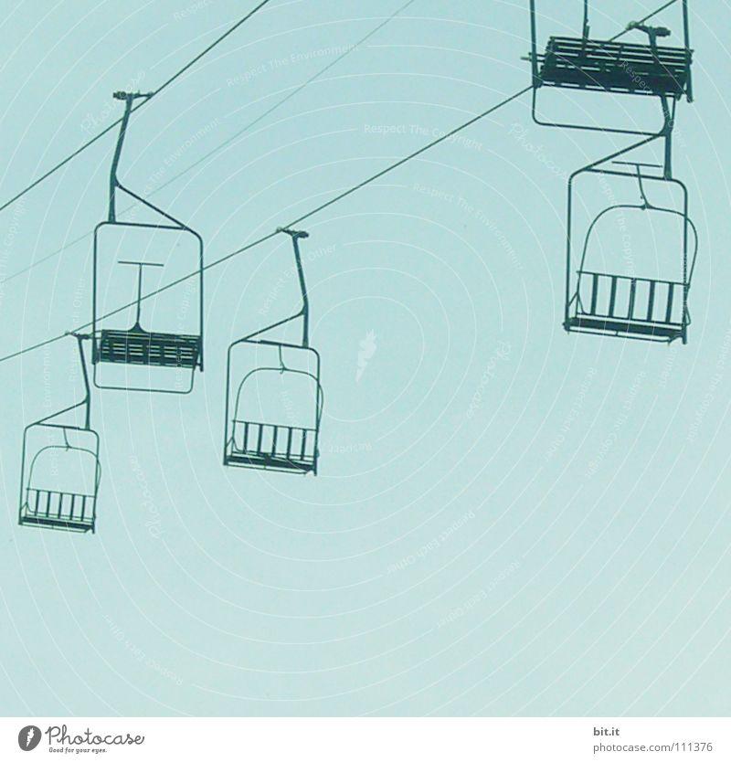 LIFTEN Himmel blau leer Richtung Blauer Himmel horizontal Sesselbahn Wolkenloser Himmel Seilbahn Klarer Himmel Vor hellem Hintergrund Skilift-Sitz