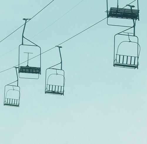 LIFTEN Seilbahn Himmel Richtung blau Sesselbahn Freisteller leer Menschenleer Textfreiraum unten horizontal Blauer Himmel Wolkenloser Himmel Sport